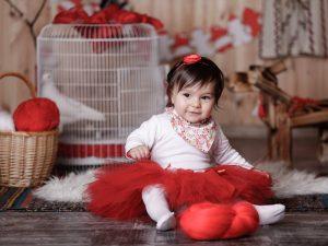 Бебе с червена туту пола