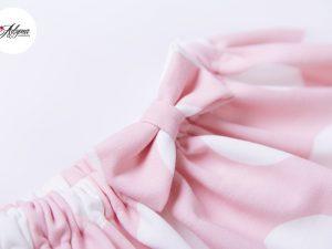 Пола на бели точки в розово