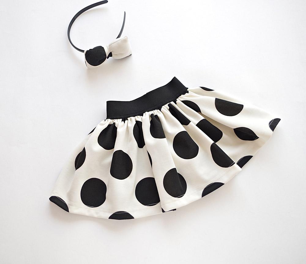 Детска пола в черно и бяло на точки