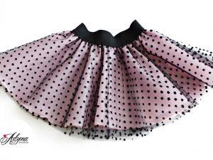 Розова пола от тюл на черни точки