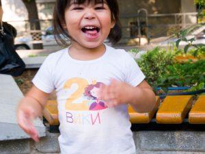 Малката Вики с блуза за рожден ден Принцеса