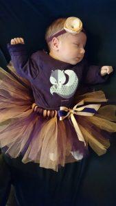 Сладко спящо бебе с туту пола в тъмно лилаво и праскова