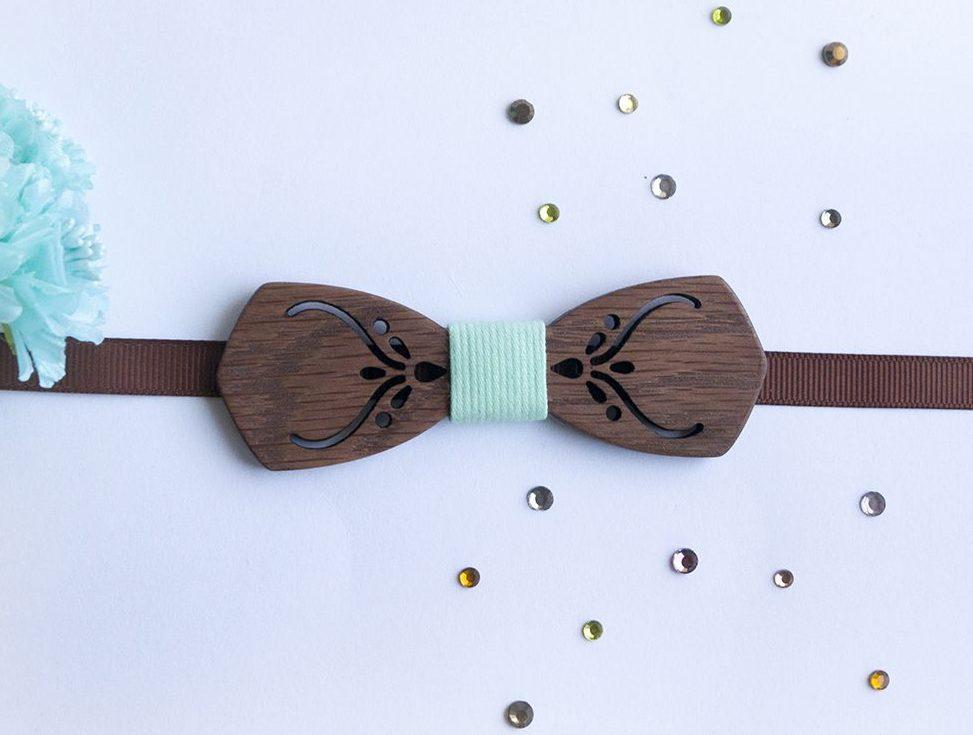 Дървена папийонка в цвят Мента за деца