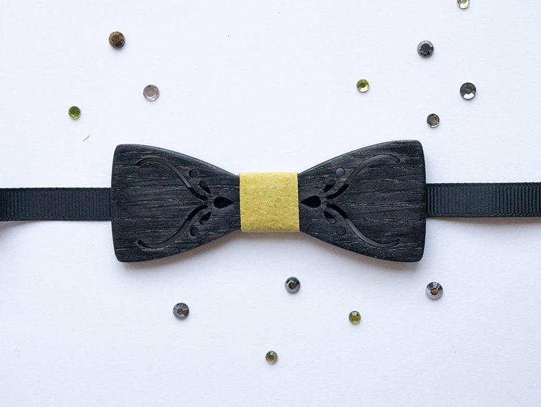 Дървена детска папийонка в черно и жълто