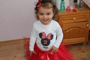 Малката Гери облечена в комплект Мини Маус в червено