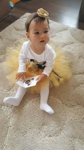 Росана облечена с туту сет Мини Маус в златно