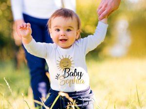 Персонализирано бебешко боди за изписване със слънце в златно и черно