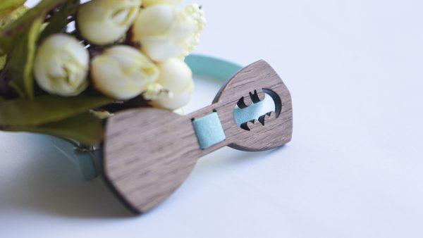 Дървена папионка за подарък в светло синьо с батман