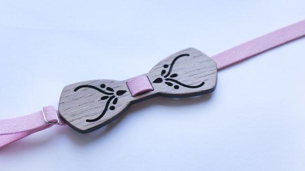Персонализирана папийонка от дърво с мотиви в розово