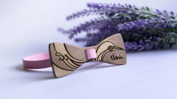 дървена папионка с име и красива птица